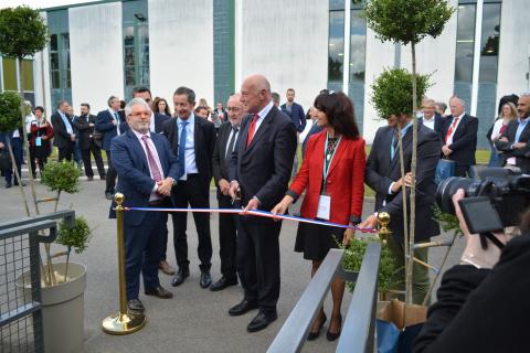 Inauguration des installations de l'OIEau - Coupure du ruban par les représentants officiels